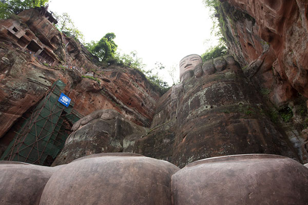 Foto di Looking up the Giant Buddha from its left footLeshan - Cina