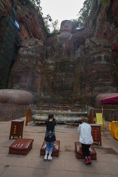 Foto van Women praying towards the Giant BuddhaLeshan - China