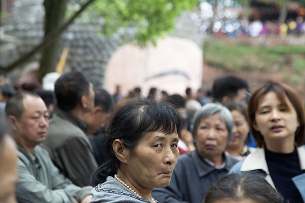Foto van People waiting to descend with the top of the Giant Buddha head in the backgroundLeshan - China
