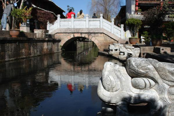 Photo de Old Stone Bridge and canal in Dayan, the old town of LijiangLijiang - Chine