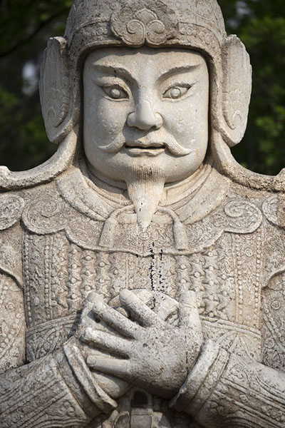 Close-up of official standing alongside the Ancient Sacred Way | Tombes Ming | Chine