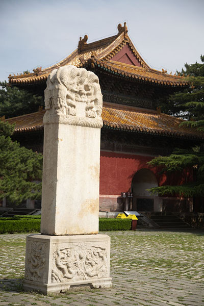 Stele and stele pavilion at the entrance of Changling mausoleum complex | Tombe Ming | Cina