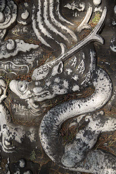 Detail of a sculpted dragon in a staircase of the Dingling complex | Tombes Ming | Chine