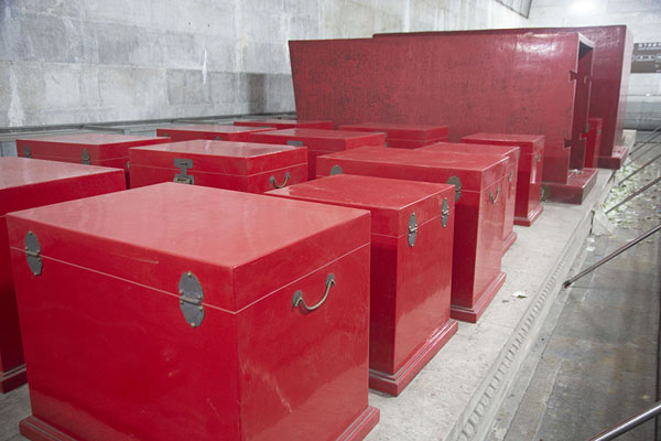 Coffins and cases in which burial articles were found inside the underground palace of Dingling | Tombe Ming | Cina