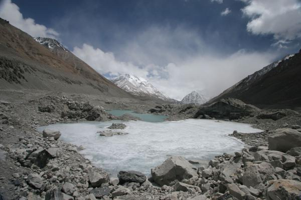 Frozen lake on Rongphu Glacier with Mount Everest hidden by clouds | Monte Everest Cara Norte | China