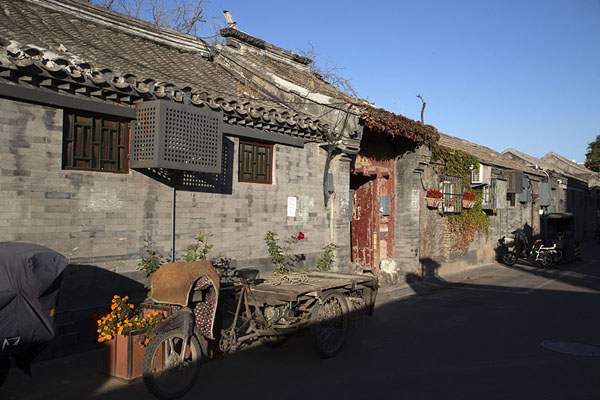 Row of stone houses in one of the hutongs | Nanluogu hutongs | Cina