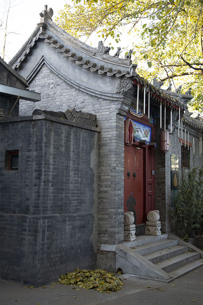 Foto di Side view of a stone building with a wooden doorPechino - Cina