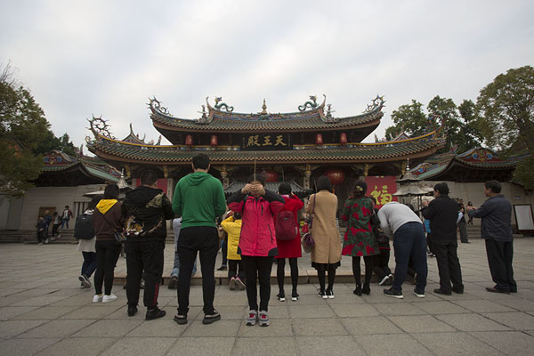 Photo de People praying in front of the Hall of Heavenly Kings at the entrance of the Nanputuo temple complexXiamen - Chine