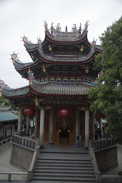 Photo de Octagonal Dabei hall with two banyan trees next to itXiamen - Chine