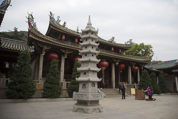 Stone pagoda in the courtyard between two halls of Nanputuo temple complex | Nanputuo temple | China