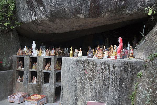Photo de Small statues in a cave on the Wulaofeng mountain behind Nanputuo templeXiamen - Chine
