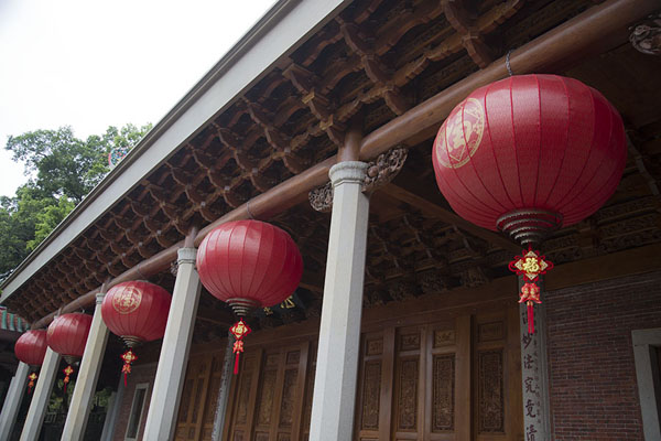Photo de Red lanterns hanging at one of the many buildings in the Nanputuo complexXiamen - Chine