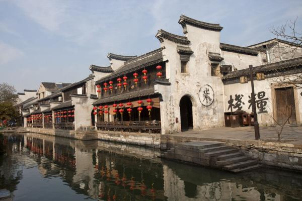 Building with arch and lampoons reflected in a canal in the old town of Nanxun | Nanxun Old Town | Chine