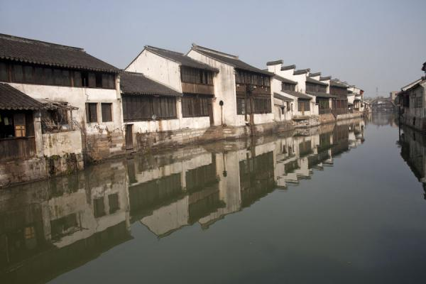 Row of traditional houses along one of the canals in Nanxun | Nanxun Old Town | Chine