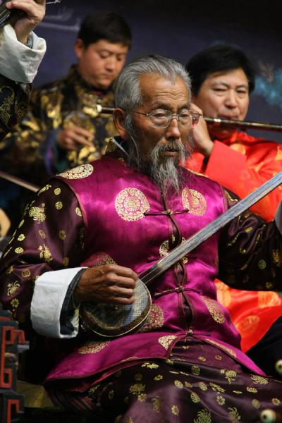 One of the old musicians of the Naxi Orchestra | Naxi orkest | China