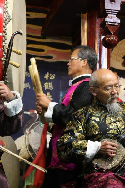 Two of the musicians of the Naxi Orchestra | Orquesta Naxi | China