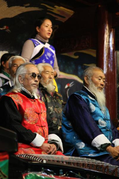 Several of the old musicians and a young singer of the Naxi Orchestra | Orquesta Naxi | China