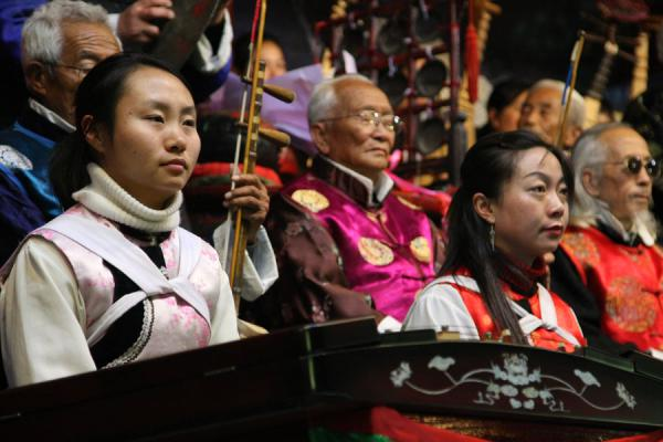 The two prominent women of the Naxi orchestra | Orquesta Naxi | China
