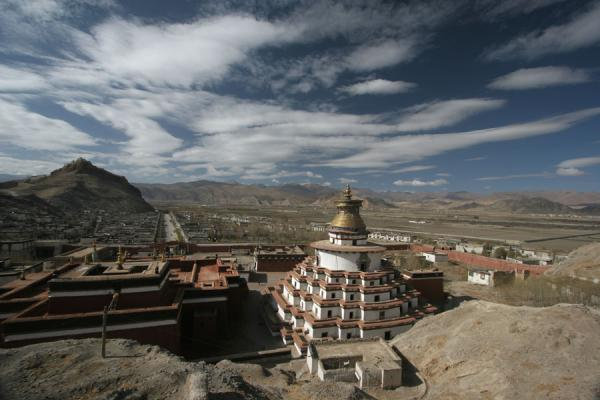 Looking over Gyantse Kumbum, with Pelkor Chöde monastery and Gyantse Dzong | Pelkor Chöde monastery | China