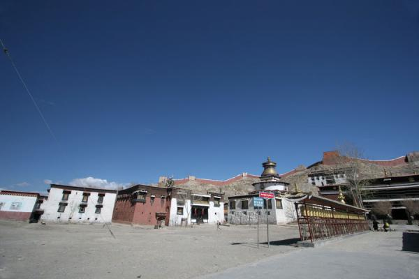 Picture of Pelkor Chöde monastery (China): Prayer wheels leading to assembly hall and Gyantse Kumbum