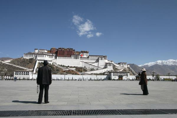 Picture of Tibetan couple praying towards the Potala palace on the square