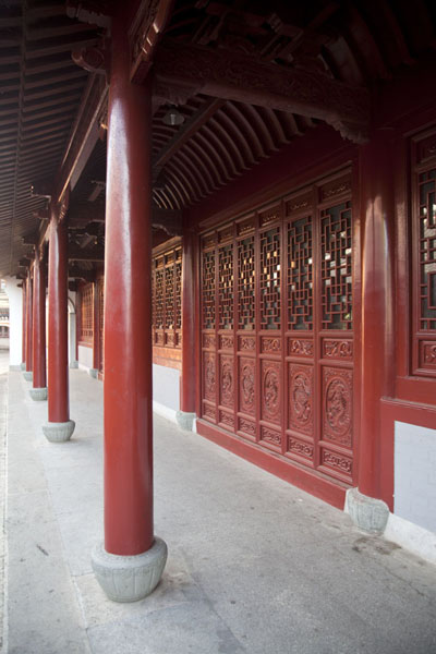 Red pillars in a quiet corner of Puji temple | Putuoshan | China