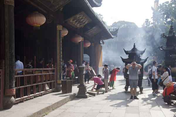 Picture of Putuoshan (China): Praying people with incense at Puji temple