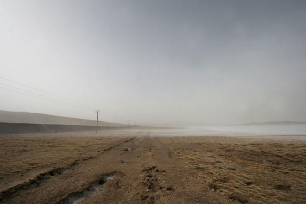 Strong wind with sand raging over a very cold landscape | Qinghai landschap | China