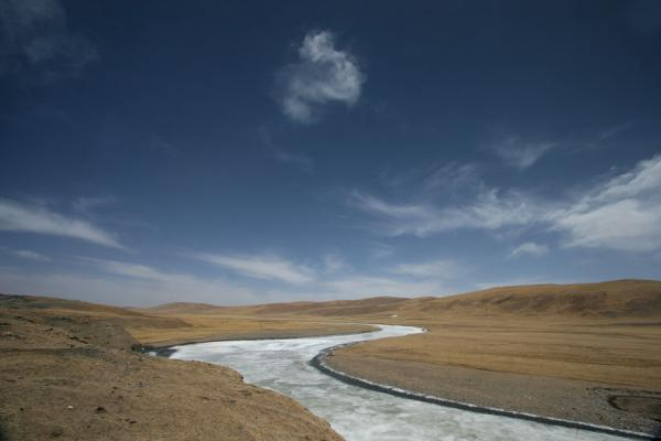 Frozen river meandering through Qinghai landscape | Qinghai paysage | Chine