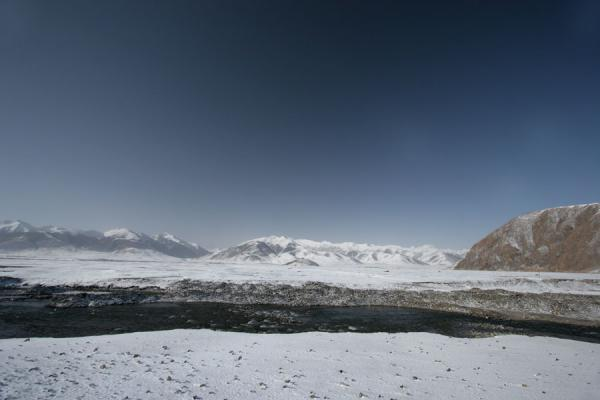 River in wintery landscape near Batang sky burial south of Jyekondo | Qinghai paesaggio | Cina