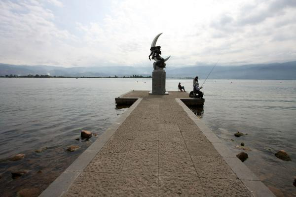Foto di Lake Qionghai with characteristic statue of woman in a half moonXichang - Cina