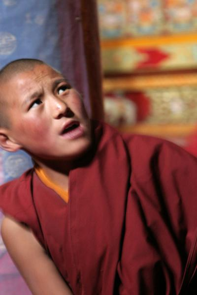 Picture of Sakya monastery (China): Star of the debating show: young monk at Sakya monastery