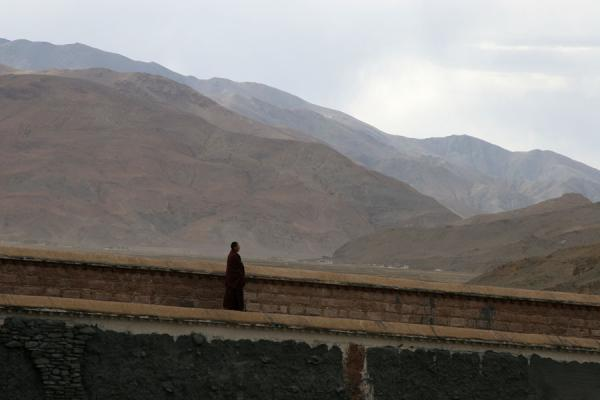 Picture of Sakya monastery (China): Wall of Sakya monastery with monk