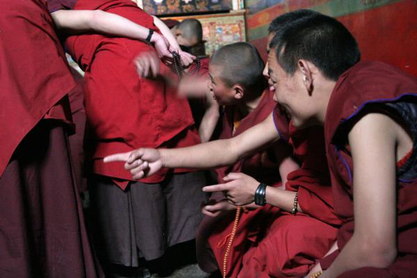 Foto de Pointing is very much part of the debating technique of monks at Sakya monasterySakya - China