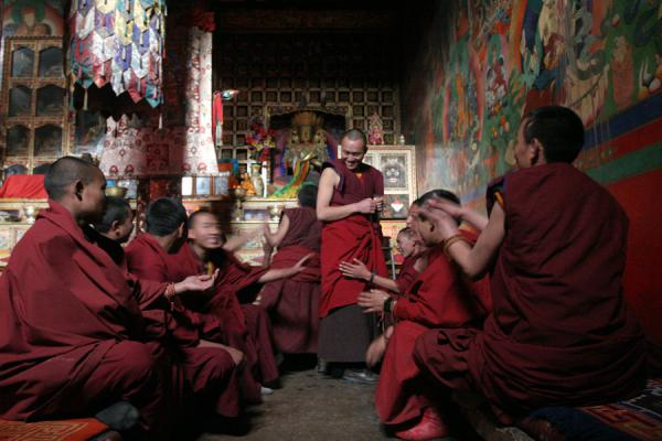Foto de Monks involved in the debating exercises in the afternoon in Sakya monasterySakya - China