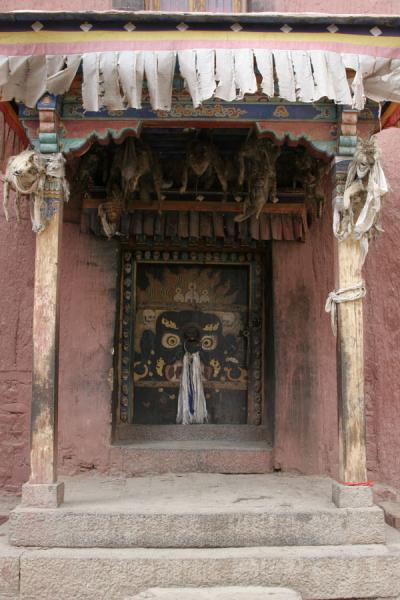 Foto de Entrance to the protector chapel, decorated with scary stuffed animalsSakya - China