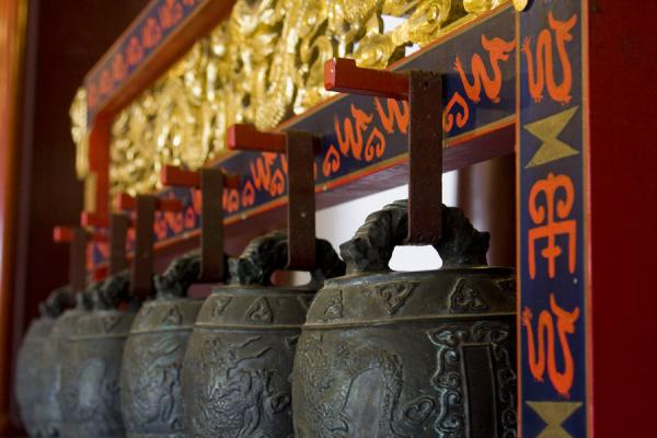 Foto di Close-up of bells inside Da Cheng Hall - Cina - Asia