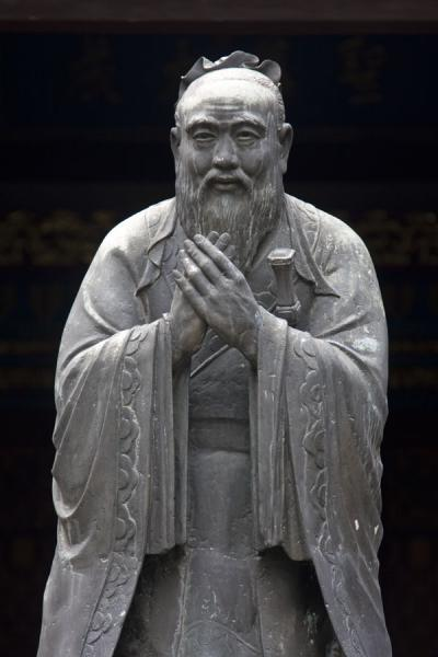 Picture of Confucian in typical welcoming pose for visitors outside Da Cheng Hall
