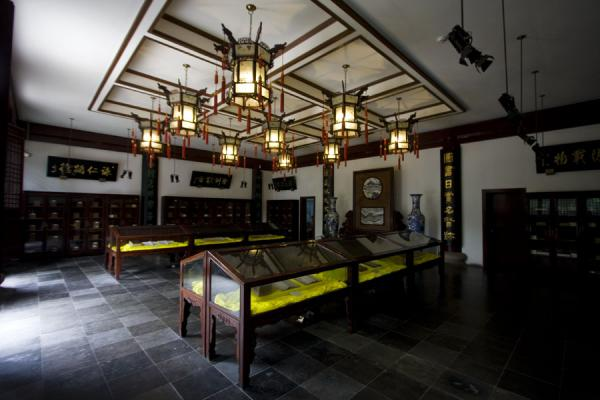 The small library with samples of old books with Confucian writings | 上海 | 中国