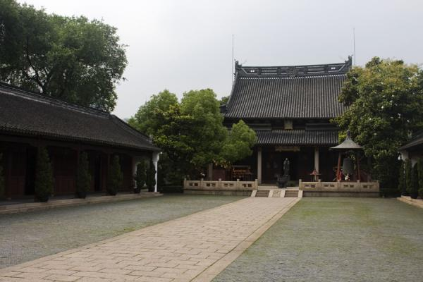 Path leading to the main Da Chang Hall | 上海 | 中国