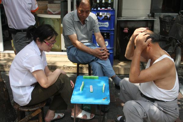 Foto de People playing mahjong in the street - China - Asia