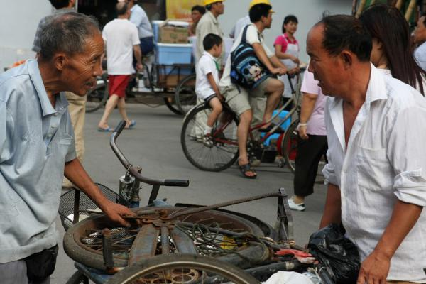 Negotiating over a second hand bike | Shanghai Old City | China