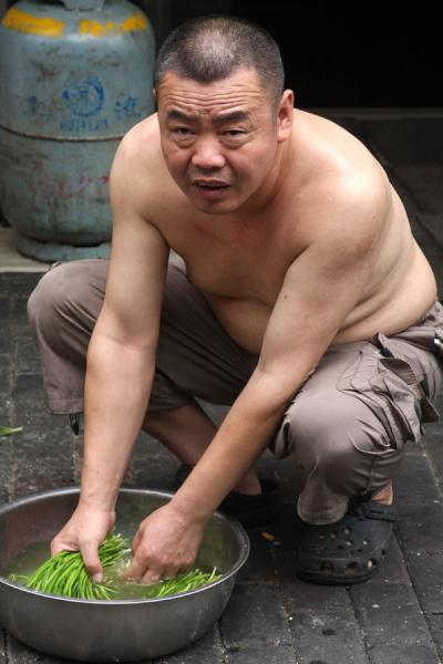 Chinese man cleaning his vegetables - 中国