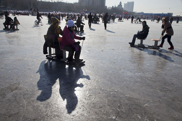 Gliding over the ice with pointy sticks and on chairs | Attività invernali sulla Songhua | Cina