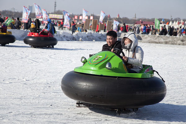 Motor-driven rubber bands are another way to have fun on the ice | Songhua Winter Activities | China