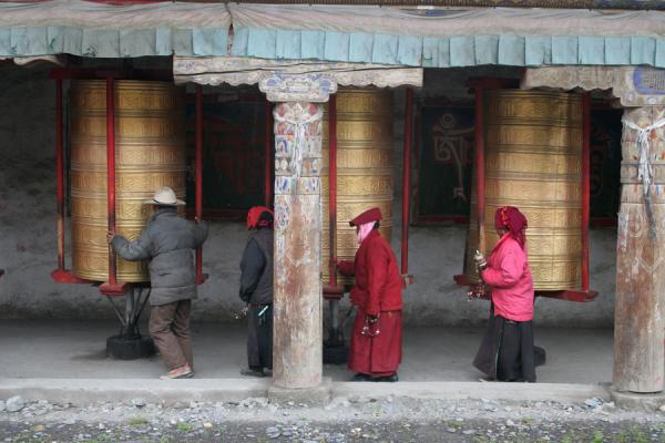 Man setting huge prayer wheel in motion | Tagong monastery | China
