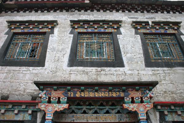 Typical whitewashed building, part of Tagong monastery | Tagong monastery | China