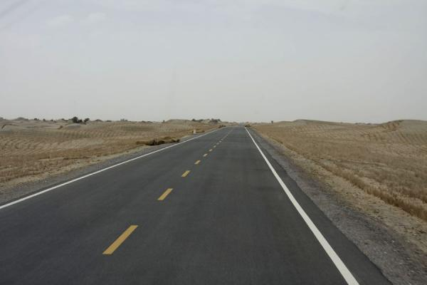 The highway running right through the Taklamakan Desert | Autostrada del deserto di Taklamakan | Cina