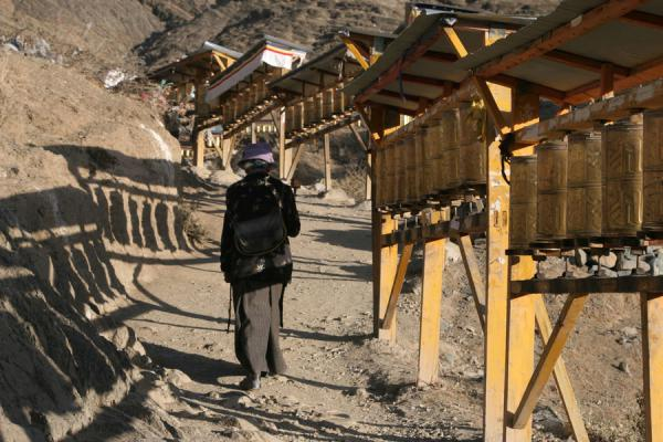 Photo de Walking up Tashilhunpo kora in the early morningShigatse - Chine