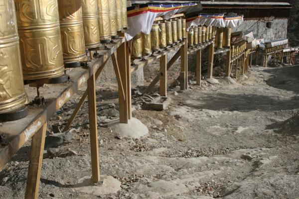 Photo de Path for pilgrims: prayer wheels marking the kora around Tashilhunpo monasteryShigatse - Chine